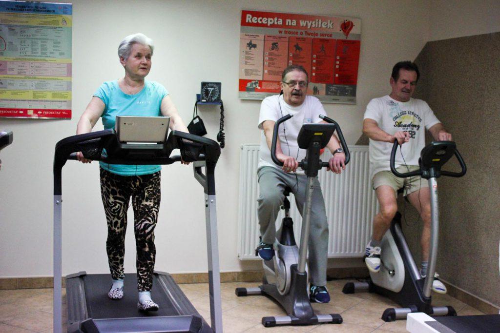 Zdjęcie ukazujące pacjentów rehabilitacji po zawale mięśnia sercowego