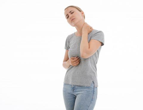 Statystycznie około 12% ludzi doświadczy w swoim życiu jakiejś formy problemów z tarczycą. Organ ten odpowiada za imponującą ilość procesów zachodzących w organizmie, a jego wyleczenie jest kluczem do tego, by kompleksowo zadbać o swoje zdrowie. Znajomość wczesnych objawów chorób tarczycy może przyczynić się do szybkiego wdrożenia skutecznych terapii. Najczęstsze choroby tarczycy Tarczyca produkuje hormony odpowiedzialne za koordynację energii, wzrostu i metabolizmu w całym organizmie. Kiedy ich poziomy są niewłaściwe, może rozwinąć się: • Niedoczynność tarczycy Występuje, gdy tarczyca nie wytwarza wystarczającej ilości hormonów. Może to spowodować przyrost masy ciała i brak energii. • Nadczynność tarczycy Pojawia się, gdy tarczyca wytwarza się zbyt dużo hormonów, co może skutkować utratą wagi, nadpobudliwością, bezsennością. Aby uniknąć tych problemów, ważne jest, aby uważnie obserwować zmiany w organizmie, które mogą wpływać na tarczycę i produkcję hormonów. Jeśli pojawią się oznaki lub objawy, które są typowe dla stanów chorobowych tego organu, koniecznie trzeba udać się do endokrynologa, by ten zlecił odpowiednie badania krwi oraz wykonał USG. 5 oznak problemów z tarczycą 1. Wysokie tętno Kiedy tarczyca pracuje zbyt ciężko i produkuje za dużo hormonów, ciśnienie krwi może wzrosnąć, co prowadzi do podwyższonego tętna. Przeważnie towarzyszy temu uczucie wyczerpania, a zwykłe czynności – takie jak np. wejście po schodach – zaczynają powodować zadyszkę. Pojawia się również zmęczenie, które nie mija po wielogodzinnym śnie. 2. Niepokój i lęk Wiele osób cierpiących na nadczynność tarczycy zmaga się z uczuciem niepokoju. Na wczesnym etapie choroby często prowadzi to do problemów z kontrolowaniem wybuchów emocji, jednak w późniejszym może przerodzić się w notoryczny, nieuzasadniony lęk (niekiedy pojawiają się nawet omamy słuchowe i halucynacje). 3. Nagły przyrost lub utrata wagi Jednym z wczesnych objawów problemów z tarczycą jest przyrost lub utrata masy ciała. Kiedy ni